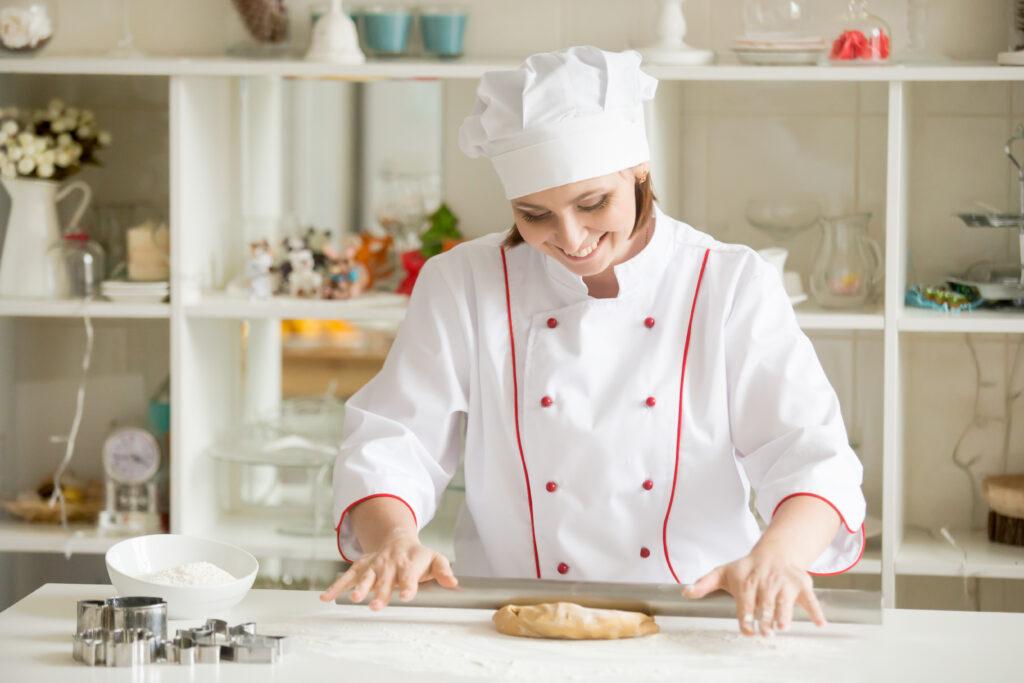 Pastelera amasando pan